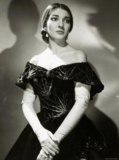 """Maria Callas (n. 2 decembrie 1923, New York, SUA–d. 16 septembrie 1977, Paris, Franța) este numele de artistă al Ceciliei Sophia Anna Maria Kalogeropoulos, renumită soprană, considerată de unii drept cea mai mare cântăreață de muzică de operă din a doua jumătate a secolului al XX-lea, denumită """"La Divina"""" sau """"Regina della lirica"""" - foto (Maria Callas în rolul Violettei din opera Traviata):  ro.wikipedia.org"""