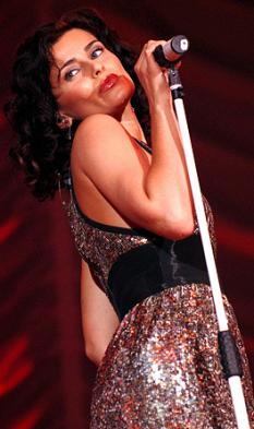Nelly Kim Furtado (născută 2 decembrie 1978), cântăreață-compozitoare, producătoare și actriță de origine portugheză născută în Canada  foto (Nelly Furtado în 2007):  ro.wikipedia.org