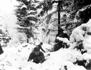Ofensiva din Ardeni (cunoscută și ca Ofensiva Von Rundstedt) (16 decembrie 1944 – 25 ianuarie 1945), a fost o puternică ofensivă inițiată de Germania (die Ardennenoffensive) împotriva Aliaților, la data de 16 decembrie 1944 - foto Soldați americani din Regimentul 290 Infanterie (Divizia 75 Infanterie), fotografiați în Ardeni în timpul ofensivei germane. {Amonines, Belgia, 4 ianuarie 1945}: ro.wikipedia.org