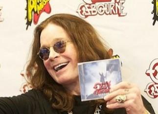 John Michael Osbourne (cunoscut ca Ozzy Osbourne, născut pe 3 decembrie 1948, în Birmingham), solistul vocal și fondatorul celei mai cunoscute formații de heavy metal din toate timpurile, Black Sabbath - foto:  ro.wikipedia.org
