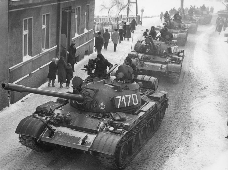 A column of T-55 tanks enters the town of Zbąszynek while moving east towards the city of Poznań, December 13, 1981 - foto: en.wikipedia.org