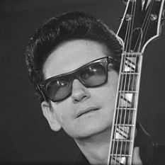 Roy Kelton Orbison (April 23, 1936 – December 6, 1988), also known by his nickname The Big O, was an American singer-songwriter and musician, best known for his trademark sunglasses, distinctive, powerful voice, complex compositions, and dark emotional ballads  foto: en.wikipedia.org