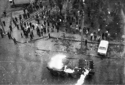 Tab în flacări în fața catedralei din Timișoara, în decembrie 1989 - foto preluat de pe sorinbogdan.ro
