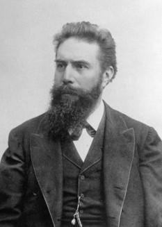 Wilhelm Conrad Röntgen (n. 27 martie 1845, Lennep, azi parte componentă a orașului Remscheid, Renania de Nord-Westfalia — d. 10 februarie 1923, München), fizician german. Ca profesor al universității Würzburg, studiind descărcările electrice în tuburi vidate, a descoperit în anul 1895 emisia unor radiații penetrante, pe care le-a numit radiații X care, după moartea sa și în pofida testamentului său, au fost denumite raze Röntgen. În anul 1901 a fost distins cu Premiul Nobel pentru Fizică - foto: en.wikipedia.org