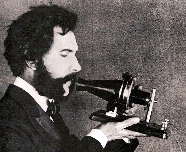 Alexander Graham Bell (n. 3 martie 1847, Edinburgh, Scoția - d. 22 august 1922, insula Cap Breton, Canada) a fost un om de știință, inventator și, ulterior, industriaș american, care în anul 1876 a brevetat pentru prima dată în istorie un dispozitiv capabil să emită și să recepționeze cuvintele rostite. În transmițător undele sonore loveau o diafragmă flexibilă de care era atasat un magnet permanent - in imagine: Alexander Graham Bell vorbind la telefon foto: ro.wikipedia.org