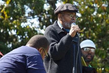 Amiri Baraka (7 octombrie 1934 - 9 ianuarie 2014), cunoscut inițial ca LeRoi Jones, a fost un scriitor și critic muzical afroamerican. Scrierile sale, având nuanțe naturaliste, critică societatea americană și au ca temă lupta împotriva discriminării rasiale - foto: ro.wikipedia.org
