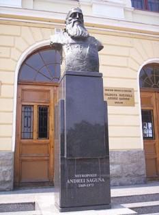 """Andrei Șaguna ( 1808 - 1873) - Statuia din faţa Colegiului Naţional """"Andrei Saguna"""" din Brașov - foto: ro.wikipedia.org"""