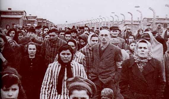 Prisoners marching out of Auschwitz after the camp was liberated, January 28, 1945 - foto: furtherglory.wordpress.com