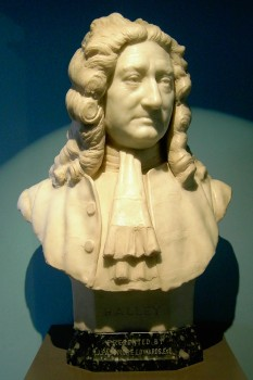 Edmond Halley (n. 8 noiembrie 1656, Hackney lângă Londra — d. 14 ianuarie 1742, Greenwich) a fost un astronom, matematician, cartograf, geograf și meteorolog englez. El a descoperit metoda de măsurare a distanței dintre două stele (Deplasare de paralaxă). După numele său a fost denumită Cometa Halley. Această cometă apare pe cer odată la 76 de ani - foto: ro.wikipedia.org