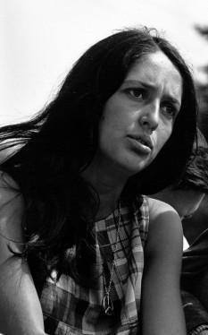 """Joan Chandos Baez (n. 9 ianuarie, 1941 în Staten Island, New York), cântăreață americană de origine mexicană, foarte cunoscută datorită vocii sale foarte individuale. Este deseori numită """"conștiința și vocea anilor '60"""". Multe cântece au o tematică socială - In imagine: Joan Baez in 1963 - foto: ro.wikipedia.org"""