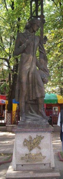 Statuia lui Mihai Eminescu din Cernăuţi - foto: ro.wikipedia.org