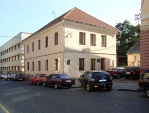Clădirea National-Hauptschule din Cernăuți, unde Mihai Eminescu a studiat în perioada 1858-60. În prezent clădirea adăpostește o școală auto. Strada Shkilna (Școlii) nr. 4 - foto: ro.wikipedia.org
