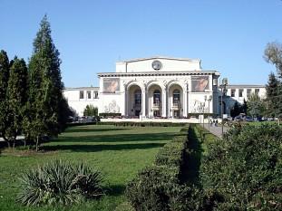 Opera Națională București este una din cele patru Opere naționale din România, fiind cel mai mare teatru liric al țării. Actuala clădire a Operei Române, cu o capacitate de 952 locuri, a fost ridicată în 1953, după planurile arhitectului Octav Doicescu[1], sub denumirea de Teatrul de Operă și Balet în vederea a două două ample manifestări internaționale: al treilea Congres Mondial al Tineretului (25-30 iulie) și al patrulea Festival Mondial al Tineretului și Studenților (2-14 august), dar a fost inaugurată abia la 9 ianuarie 1954, cu spectacolul Dama de pică, operă de Piotr Ilici Ceaikovski - foto: ro.wikipedia.org