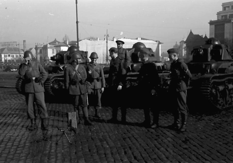 Soldati romani si germani in Piata Victoriei in timpul insurectiei legionare 1941 - foto preluat de pe neamulromanescblog.wordpress.com