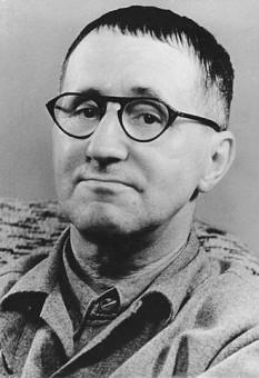 """Bertolt Brecht, născut Eugen Berthold Friedrich Brecht, (n. 10 februarie 1898, Augsburg, Regatul Bavariei — d. 14 august 1956, Berlinul de Est, Republica Democrată Germană) a fost un dramaturg, poet și regizor german, inițial expresionist, întemeietor al instituției teatrale """"Berliner Ensemble"""", inițiator al """"teatrului epic"""", a promovat o nouă teorie și practică a teatrului, bazate pe efectul distanțării epice.A fost unul dintre cei care au revoluționat teatrul secolului 20 - foto: ro.wikipedia.org"""