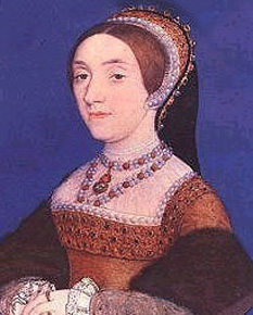 """Catherine Howard (c. 1521 – 13 februarie 1542), a fost cea de-a cincea soție a regelui Henric al VIII-lea al Angliei. S-a născut în cea mai renumită familie nobilă a Angliei, tatăl său fiind fratele mai mic al Ducelui de Norfolk. Catherine era și verișoară cu Anne Boleyn. După divorțul de Anne de Cleves, Henric al VIII-lea al Angliei își căuta o nouă soție. În 1540, pe când el avea 49 de ani, i-a cerut mâna lui Catherine, care avea 15 sau 16 ani. La aceel moment, Henric o descria ca pe """"un trandafir fără ghimpi"""". În felul acesta, Catherine Howard a devenit a cincea soție a lui Henric al VIII-lea al Angliei. Dar diferența de vârstă de 34 de ani și-a spus cuvântul. Catherine a săvârșit un adulter cu Thomas Culpepper, fapt descoperit curând și pedepsit fără milă. Culpepper a fost executat în decembrie 1541, ca și Francis Dereham, un iubit anterior al lui Catherine. În februarie 1542 a fost executată și Catherine Howard, la vârsta de numai 17 sau 18 ani. După doar un an de la aceste evenimente, Henric se căsătorește cu ultima sa soție, Catherine Parr - in imagine, Portret miniatură a Catherinei Howard, de Hans Holbein cel Tânăr - foto: ro.wikipedia.org"""