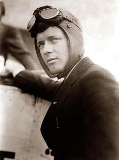 """Charles Augustus Lindbergh, Jr. (n. 4 februarie 1902 – d. 26 august 1974), cunoscut și ca """"Lucky Lindy"""" (Norocosul Lindy) sau """"The Lone Eagle"""" (Vulturul solitar), a fost un pilot american, de origine suedeză, unul din pionierii zborurilor de lungă durată, devenit faimos pentru efectuarea primului zbor solo non-stop transatlantic în 1927 - foto: cersipamantromanesc.wordpress.com"""