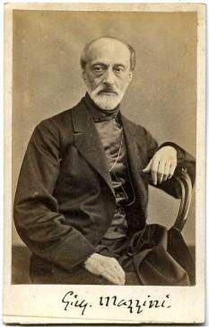 """Giuseppe Mazzini (n. 22 iunie 1805, Genova – d. 10 martie 1872, Pisa) a fost un jurist, democrat și luptător italian în mișcarea """"Risorgimento"""" (în traducere """"Renașterea Italiei"""") (1815-1870) - foto: cersipamantromanesc.wordpress.com"""