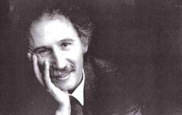 Marin Sorescu (n. 19 februarie 1936, Bulzești, județul Dolj - d. 8 decembrie 1996, București) a fost un scriitor român, membru titular (din 1992) al Academiei Române. Sorescu a fost poet, dramaturg, prozator, eseist și traducător. Operele lui au fost traduse în mai mult de 20 de țări, totalizând peste 60 de cărți apărute în străinătate. S-a făcut remarcat și prin preocuparea pentru pictură, deschizând numeroase expoziții în țară și în străinătate. Fără a se înscrie într-un partid politic după Revoluția română din 1989, a ocupat funcția de Ministru al Culturii în cadrul cabinetului Nicolae Văcăroiu (25 nov. 1993 - 5 mai 1995) - foto: cersipamantromanesc.wordpress.com