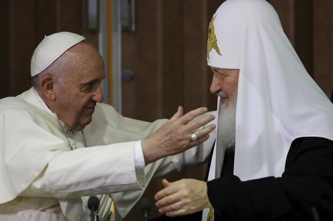 Pope Francis, left, reaches to embrace Russian Orthodox Patriarch Kirill after signing a joint declaration at the Jose Marti International airport in Havana, Cuba, Feb. 12, 2016 - foto: