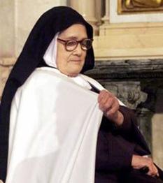 Sora Lucia (n. 1908 - m. 13 februarie 2005) martora a aparitiei Sfintei Fecioare la Fatima, in Portugalia. Sora Lucia, una dintre  cei trei copii, care au vazut-o de mai multe ori pe Fecioara Maria în 1917  - foto: cersipamantromanesc.wordpress.com