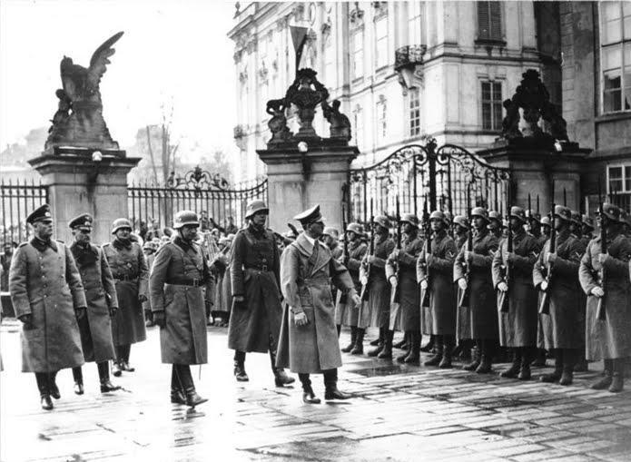 Adolf Hitler ajunge la Praga, dupa invadarea Cehoslovaciei (16 Martie 1939) - foto: cersipamantromanesc.wordpress.com