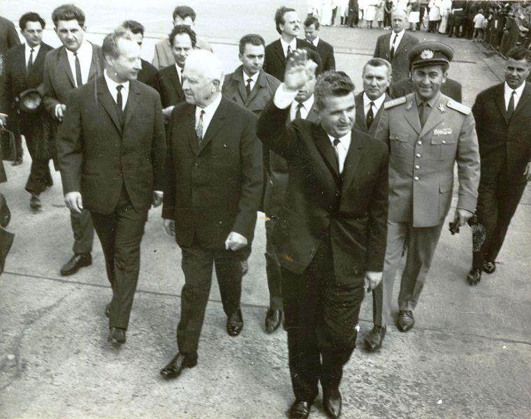 Alexander Dubcek (în primul rând, față stânga), în 1968, într-o vizită în România. În mijloc se află Ludvík Svoboda, precum și Nicolae Ceaușescu (dreapta față). Nicolae Ceaușescu a devenit celebru pentru că a condamnat vehement invazia din Cehoslovacia a Pactului de la Varșovia - foto preluat de pe ro.wikipedia.org