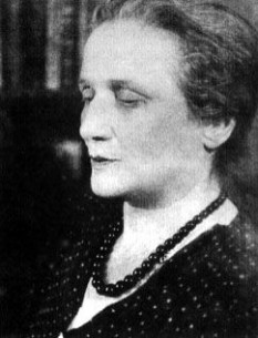 """Anna Ahmatova (nume real: Anna Andreevna Gorenko (n. 11/23 iunie, 1889, Bolșoi Fontan, lângă Odessa - d. 5 martie 1966, Domodedovo, lângă Moscova) a fost o poetă rusă. Și-a început activitatea în 1912, fiind considerată una din persoanele cele mai reprezentative ale curentului literar denumit """"Acmeism"""". După Revoluția Socialistă din Rusia, publicarea lucrărilor Annei Ahmatova a fost interzisă. În perioada celui de-al Doilea Război Mondial și-a reluat activitatea, dar în 1946 a fost din nou criticată de organele partidului comunist și împiedicată să-și publice lucrările. În 1956, după moartea lui Stalin, Anna Ahmatova a fost reabilitată și a redevenit una din persoanele cele mai importante din lumea literată a Uniunii Sovietice. În 1964 i s-a decernat premiul internațional de poezie Aetna-Taormina, iar în 1965 i se decernează titlul de doctor honoris causa de către Universitatea Oxford din Regatul Unit. În 1964, la vârsta de 74 de ani, Anna Ahmatova a fost aleasă președinte al Uniunii Scriitorilor din Uniunea Sovietică. A tradus în rusă versuri ale poetului Mihai Eminescu - in imagine, Anna Ahmatova în 1950 - foto: ro.wikipedia.org"""