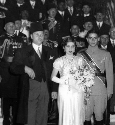 16 martie1939: Prințesa Fawzia a Egiptului se căsătorește cu șahul Mohammad Reza Pahlavi al Iranului, in imagine, Nunta Prințesei Fawzia și Mohammad Reza Pahlavi. De la stânga la dreapta: regele Farouk al Egiptului (fratele miresei), Prințesa Fawzia (mireasa) și Prințul Moștenitor al Iranuliu (mirele) -  foto: ro.wikipedia.org
