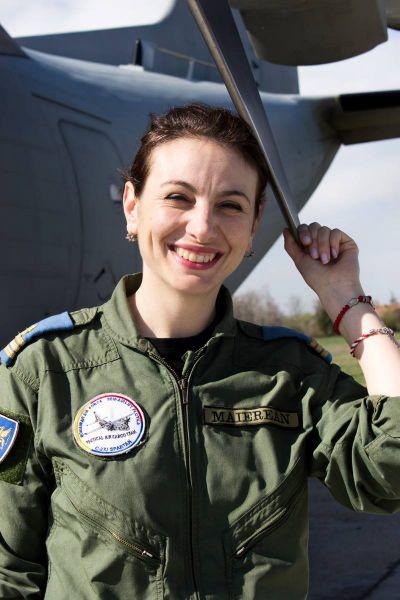 Simona Maierean (n. 17 aprilie 1984 la Comăneşti, Suceava) este o femeie ofiţer de aviaţie din România, fiind prima româncă ce a zburat cu un avion supersonic. Acest zbor a avut loc pe 13 martie 2009, iar aparatul de zbor a fost un MiG-21 LanceR - foto: ro.wikipedia.org