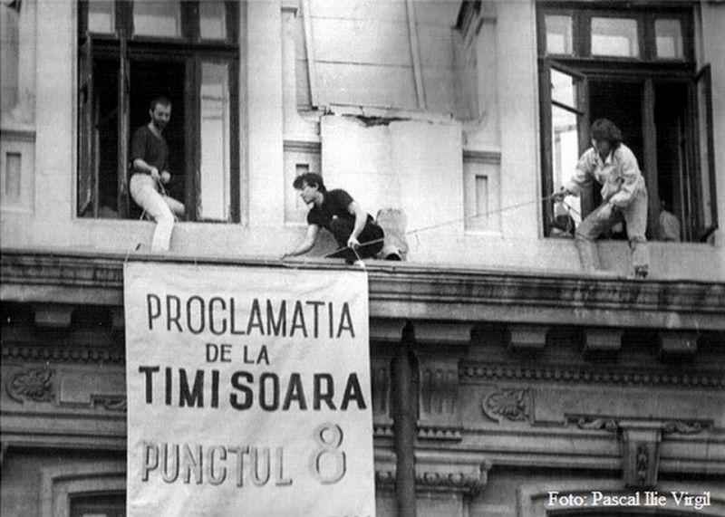 12 martie 1990: În timpul manifestaţiei populare maraton din Piaţa Operei din Timişoara, care începuse cu o zi in urma, la 11 martie 1990, a fost adoptată Proclamaţia de la Timişoara - foto: presalibera.net