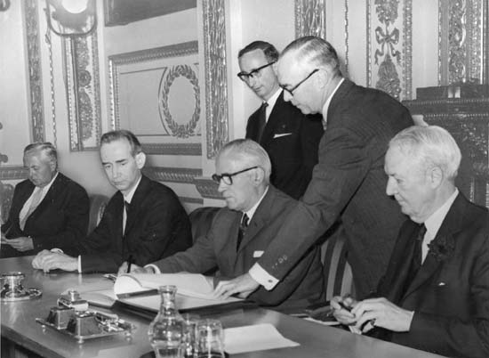 British Foreign Secretary Michael Stewart (third from right) signing the Treaty on the Non-proliferation of Nuclear Weapons, London, 1968 - foto: britannica.com