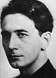 Horia Sima (n. 3 iulie 1906, Făgăraș - d. 25 mai 1993, Madrid) a fost profesor de liceu de limba română, politician fascist român, președintele partidului de orientare fascistă Garda de Fier, comandantul Mișcării Legionare, organizație paramilitară teroristă creată după modelul organizațiilor naziste SA și SS[1], ministru în guvernul Ion Gigurtu (4 zile), vicepreședinte al consiliului de miniștri în guvernul național-legionar prezidat de Ion Antonescu. În zilele 21-23 ianuarie 1941, Horia Sima a declanșat și a condus Rebeliunea legionară împotriva generalului Ion Antonescu și a armatei române, pentru care a fost condamnat în contumacie la moarte (14 nov. 1941). În același timp cu rebeliunea, în fruntea legionarior, Sima a inițiat și condus cel mai mare și cel mai violent pogrom împotriva evreilor din istoria Munteniei, Pogromul de la București - foto preluat de pe ro.wikipedia.org