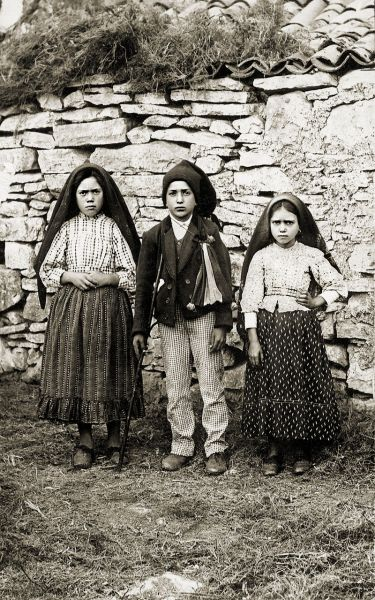 Lúcia Santos (left) with her cousins Jacinta and Francisco Marto, 1917 - foto preluat de pe en.wikipedia.org