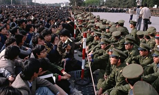 Soldiers face to face with student demonstrators during 1989's Tiananmen Square protests. Photograph: Peter Turnley/Corbis - foto preluat de pe theguardian.com