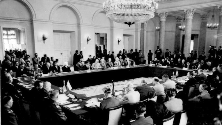 """Pactul de la Varșovia sau Tratatul de la Varșovia, numit în mod oficial Tratatul de prietenie, cooperare și asistență mutuală a fost o alianță militară a țărilor din Europa Răsăriteană și din Blocul Răsăritean, care voiau să se apere împotriva amenințării pe care o percepeau din partea alianței NATO (care a fost fondată în 1949). Crearea Pactului de la Varșovia a fost grăbită de integrarea Germaniei de Vest """"remilitarizată"""" în NATO prin ratificarea de către țările ocidentale a Înțelegerilor de la Paris. Tratatul de la Varșovia a fost inițiat de către Nikita Hrușciov în 1955 și a fost semnat la Varșovia pe 14 mai 1955. Pactul și-a încetat existența pe 3 martie 1991 și a fost în mod oficial dizolvat la întâlnirea de la Praga, pe 1 iulie 1991 - foto: cersipamantromanesc.wordpress.com"""