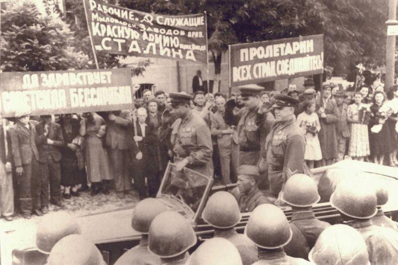 Basarabia, Bucovina de nord şi ţinutul Herţa, sub ocupaţia sovietică - Alfabetul chirilic a fost impus încă de la intrarea trupelor sovietice în 1940 - foto preluat de pe ro.wikipedia.org