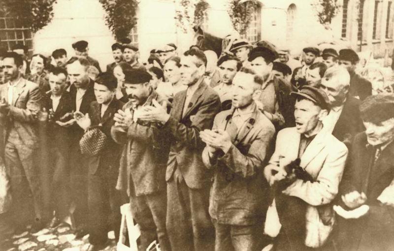 Ocupaţia sovietică a Basarabiei - cetăţeni prosovietici salută intrarea Armatei Roşii în Basarabia - foto preluat de pe ro.wikipedia.org