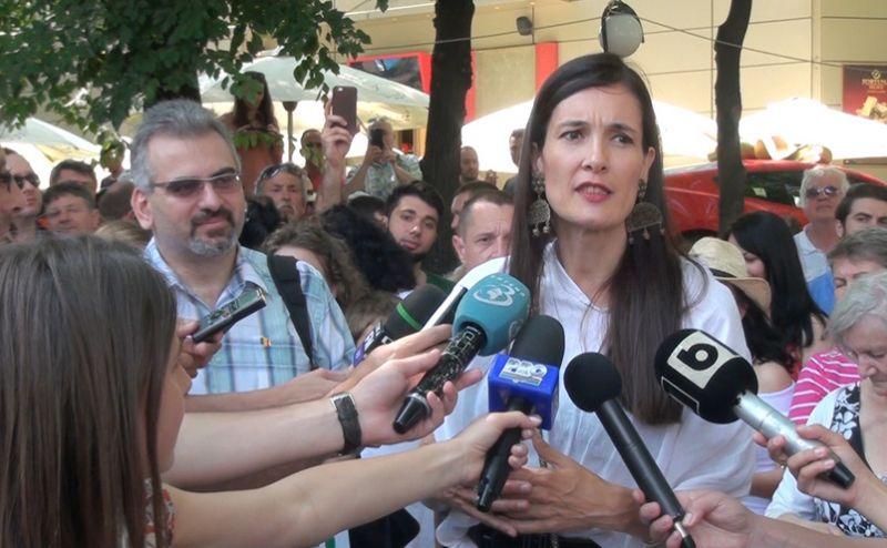 Protest pentru renumărarea voturilor în sectorul 1. Clotilde Armand a venit printre manifestanţi, 11 iunie 2016 - foto: epochtimes.ro