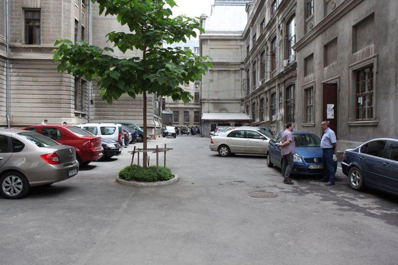 Curtea interioara a Universitatii din Bucuresti - Scoatem masinile sa intre oamenii! - foto: romaniacurata.ro