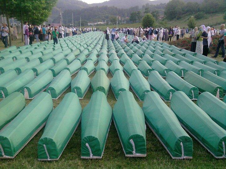 Înmormântarea a  775 de victime identificate în 2010 - foto: en.wikipedia.org