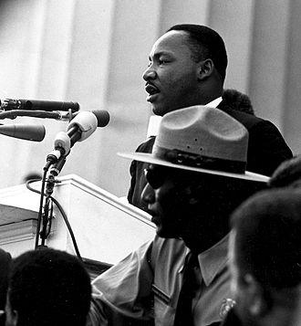 """Martin Luther King, Jr. ținând discursul """"I Have a Dream"""" la Marșul pentru Drepturi Civile din 1963 de la Washington, DC - foto preluat de pe ro.wikipedia.org"""