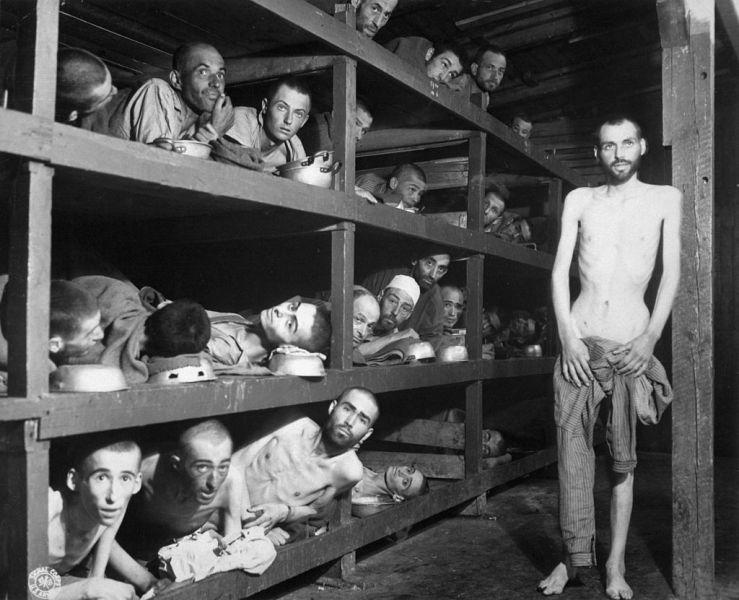 Deţinuţi din lagărul de concentrare Buchenwald în ziua eliberării, 16 aprilie 1945. Elie Wiesel este pe rândul doi de jos, al șaptelea de la stânga - foto: ro.wikipedia.org