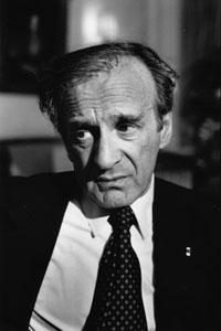 Elie (Eliezer) Wiesel (n. 30 septembrie 1928, Sighetu Marmației, România, d. 2 iulie 2016, New York City, New York, S.U.A.) a fost un scriitor și ziarist american în limbile franceză, engleză, idiș și ebraică, eseist și filosof umanist, activist în domeniul drepturilor omului, născut într-o familie de evrei din România, supraviețuitor al Holocaustului. În anul 1986 a fost distins cu Premiul Nobel pentru Pace. În anul 1996 a fost numit membru al Academiei Americane de Artă și Literatură(en), iar din anul 2001 a fost ales membru de onoare al Academiei Române. A publicat 57 de cărți - cea mai celebră fiind «Noaptea», o descriere autobiografică despre viața în lagărele de exterminare naziste - in imagine, Elie Wiesel in 1987 - foto: en.wikipedia.org