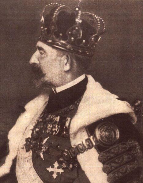 Regele Ferdinand I de Hohenzollern-Sigmaringen al României (n. 12/24 august 1865, Sigmaringen - d. 20 iulie 1927, Castelul Peleș, Sinaia) a fost al doilea rege al României, din 10 octombrie 1914 până la moartea sa. Ferdinand (nume la naștere Ferdinand Viktor Albert Meinrad von Hohenzollern-Sigmaringen) a fost al doilea fiu al prințului Leopold de Hohenzollern-Sigmaringen și al Infantei Antónia a Portugaliei, fiica regelui Ferdinand al II-lea al Portugaliei și al reginei Maria a II-a. Familia sa făcea parte din ramura catolică a familiei regale prusace de Hohenzollern - foto: ro.wikipedia.org