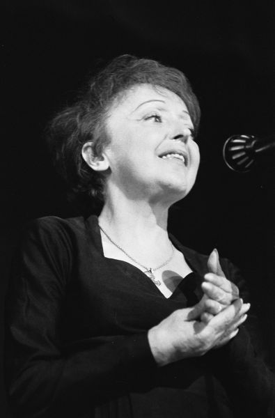 """Édith Piaf (n. 19 decembrie 1915, Paris, Franţa - d. 10 octombrie 1963, Grasse, Franţa) a fost o actriţă, cântăreaţă şi textieră franceză de mare succes, care a consacrat, atât în Franţa cât şi în întreaga lume, genul """"chanson réaliste"""" (cunoscut cel mai adesea doar ca chanson) - foto: ro.wikipedia.org"""