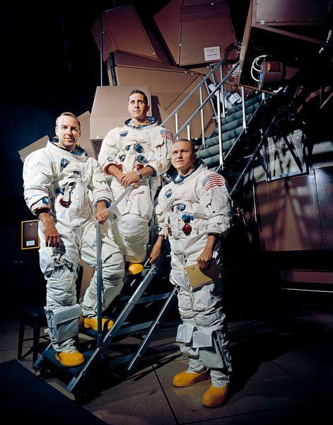 Apollo 8 a fost prima misiune spațială umană care a atins o viteză suficientă pentru a permite ieșirea din câmpul gravitațional al Pământului, prima care a intrat în câmpul gravitațional al unui alt corp ceresc, prima care a ieșit din câmpul gravitațional al altui corp ceresc și prima care s-a întors pe Pământ de la un alt corp ceresc (Apollo 8 crew is photographed posing on a Kennedy Space Center (KSC) simulator in their space suits. From left to right are: James A. Lovell Jr., William A. Anders, and Frank Borman) - foto: ro.wikipedia.org