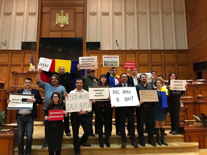 """""""Mesajul societății in Parlamentul României"""" (Protestul parlamentarilor USR in Parlamentul Romaniei - 2 februarie 2017) - foto: facebook.com"""