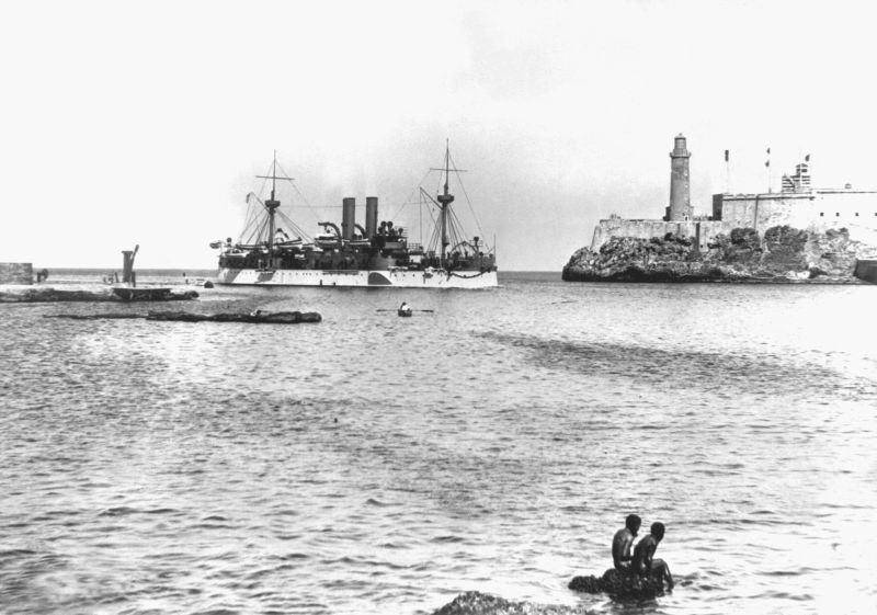 USS Maine entering Havana Harbor on 25 January 1898, where the ship would explode three weeks later. On the right is the old Morro Castle fortress  - foto preluat de pe en.wikipedia.org