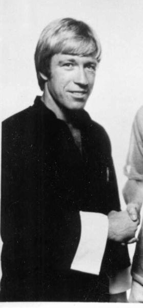 "Carlos Ray ""Chuck"" Norris (n. 10 martie 1940 Ryan, Oklahoma, SUA) este un actor american, expert în arte marțiale - in imagine, Chuck Norris in 1976 - foto preluat de pe en.wikipedia.org"